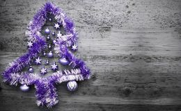 Purpurfärgade Tinsel Christmas Tree, kopieringsutrymme Royaltyfri Foto