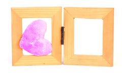 Purpurfärgade tyghjärtor på den wood ramen - lagerföra bilden arkivbild