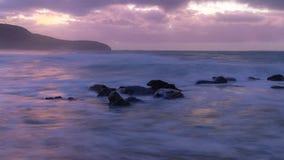 Purpurfärgat avbrott av Dawn Seascape arkivfoto