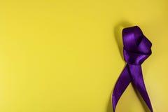 Purpurfärgat band på en gul bakgrund i stilen av popkonst Royaltyfria Foton