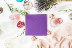 Purpurfärgat bröllop- eller familjfotoalbum Royaltyfria Foton