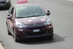 Purpurfärgat Citroen C3 undervisningsmedel i Monte - carlo, Monaco arkivfoton