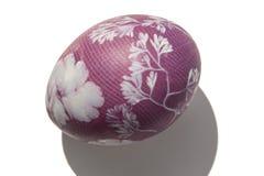 Purpurfärgat easter ägg Arkivbild