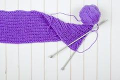 Purpurfärgat halsdukslut för handarbete upp på en trävit tabell arkivfoton