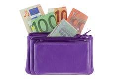 Purpurfärgat mång- i lager läder zippered myntpåsen med eurosedeln Royaltyfria Foton