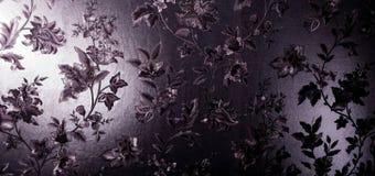 Purpurfärgat satängtyg med traditionella orientaliska blommor Arkivbilder