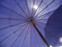 Purpurfärgat solparaply arkivfoto