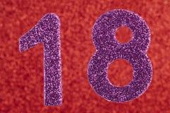 Purpurfarbe der Nr. achtzehn über einem roten Hintergrund jahrestag Lizenzfreie Stockbilder