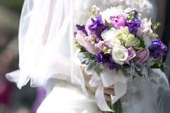 Purpurfärgad bukett för vittappningbröllop Arkivfoto
