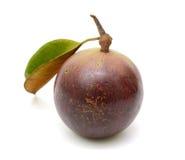 Purpurfärgad frukt för stjärnaäpple med bladet Arkivfoton