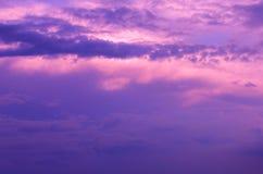 Purpurfärgad himmel fördunklar på soluppgång Arkivbild