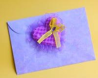 Purpurfärgad hjärta på förälskelsebokstav - lagerföra foto Royaltyfri Fotografi
