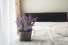 Purpurfärgad lavendelblomma på säng Arkivfoto