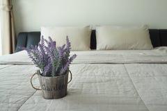 Purpurfärgad lavendelblomma på säng Royaltyfria Bilder