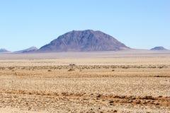 Purpurfärgade berg plattar till öknen, Namibia Arkivfoton