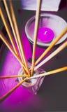 Purpurowa świeczka, szklany metal i drewno skład na nadokiennej foce, Obrazy Royalty Free