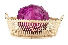 Purpurowa kapusta w koszu odizolowywającym na białym tle obraz royalty free