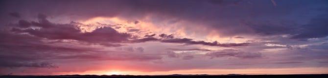 Purpurowa panorama niebo przy zmierzchem z chmurami Zdjęcie Royalty Free