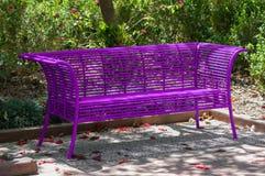 Purpurowa parkowa ławka Zdjęcia Stock