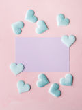 Purpurowa pastel karta, serca na menchiach i textured tło Zdjęcia Royalty Free