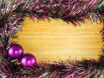 Purpurowa plastikowa piłka i streamer na tle Fotografia Stock
