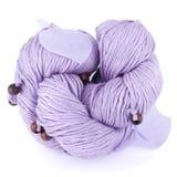 Purpurowa przędza z drewnianymi piłkami i tkaniną opuszcza odosobniony na białym tle Zdjęcia Royalty Free