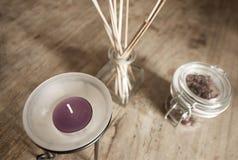 Purpurowa świeczka na drewnianym kuchennym stole Obraz Royalty Free