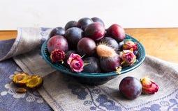 Purpurowe śliwki w zielenieją talerza Fotografia Stock
