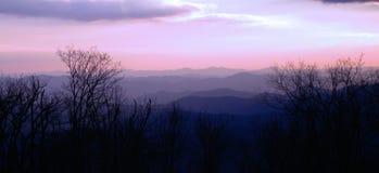 Purpurowe Dymiące góry Majestey Obraz Royalty Free