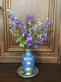 Purpurowi dzwony w błękitnej wazie Zdjęcia Royalty Free