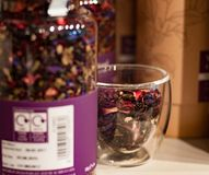 Purpurowi Herbaciani liście w Szklanym słoju fotografia stock