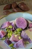 Purpurowi ignamy gotujący w kokosowym mleku obrazy stock