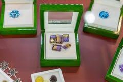 Purpurowi klejnoty w skrzynce Rubiny w skrzynce fotografia stock