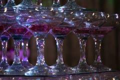 Purpurowi szkła w rzędzie fotografia stock