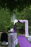 Purpurowy ślubu łuk dekorował z papierowymi kwiatami, bzem i purpura materiałem, Fotografia Stock