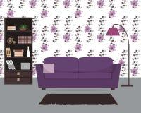 Purpurowy żywy pokój z kanapą i wielką lampą Fotografia Royalty Free