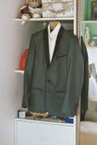 Purpurowy atłasowy krawat z czarnym tux zbliżenie Zdjęcie Stock