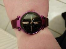 Purpurowy błyszczący zegarek obrazy stock