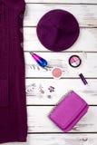 Purpurowy berete kapelusz, kobiety i faszerujemy dla makeup Obraz Royalty Free