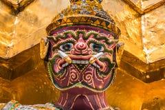 Purpurowy Gigantyczny opiekun w Wata Phra Kaew świątyni obrazy royalty free