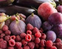 Purpurowy jedzenie Tło jagody, owoc i warzywo Świeże figi, śliwki, malinki, jabłka, oberżyna i winogrona, Zdjęcie Royalty Free