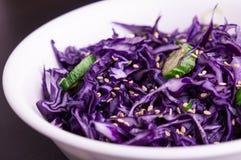 Purpurowy kapuściany slaw z sezamowymi ziarnami Zdjęcie Stock