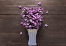 Purpurowy krajacza kwiat waza jest na drewnianym tle Zdjęcie Stock