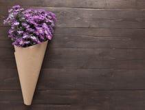 Purpurowy krajacza kwiat wiązka jest na drewnianym tle Obraz Royalty Free