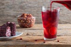 Purpurowy kukurydzanego soku drewna stołu tło Zdjęcia Royalty Free