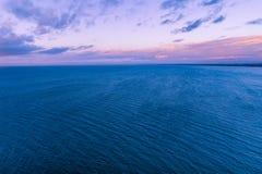 Purpurowy półmrok nad spokojnym oceanem zdjęcia royalty free