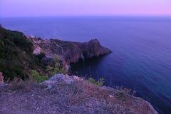 Purpurowy półmrok pod Fiolent morzem zdjęcia stock