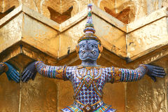 Purpurowy smok. Czerep królewiątko pałac w Bangkok Zdjęcie Stock