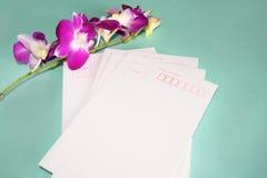 Purpurowy Storczykowy Dendrobium z pocztówką Zdjęcia Stock
