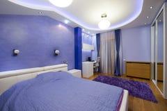 Purpurowy sypialni wnętrze Zdjęcie Royalty Free